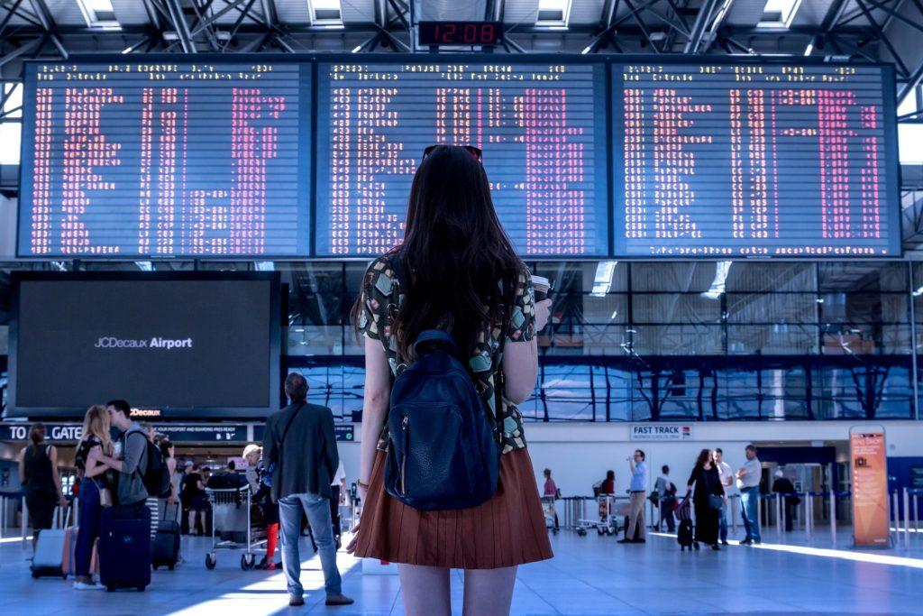 Jeune femme à l'aéroport